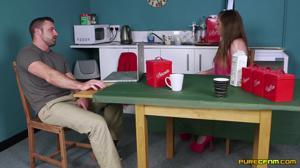 Мама отвернулась, и дочь с подружкой отсосали под столом у мужа зрелки - скриншот #2