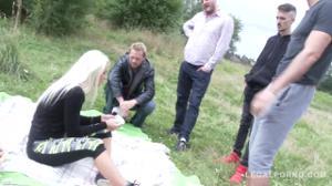 Четыре мужика выебали блондинку на природе - скриншот #2