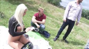 Четыре мужика выебали блондинку на природе - скриншот #4
