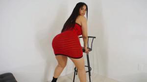 Попка латинки в обтягивающем платье и без - скриншот #1
