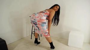 Очень сочная латинка медленно снимает платье - скриншот #10