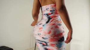 Очень сочная латинка медленно снимает платье - скриншот #11