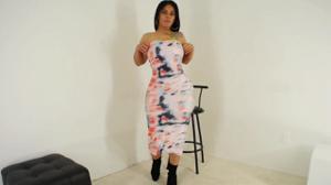 Очень сочная латинка медленно снимает платье - скриншот #2