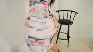 Очень сочная латинка медленно снимает платье - скриншот #5