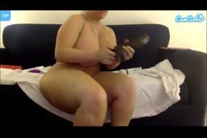 Сочная блондинка трахает пиздень - скриншот #13
