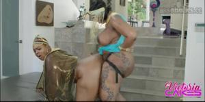 Сочные негритянки ебутся между собой - скриншот #7