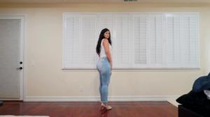 Сочная попка в джинсах - скриншот #4
