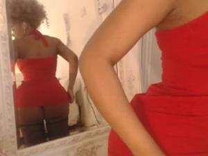 Африканка в обтягивающем платье сидит перед вебкой - скриншот #7