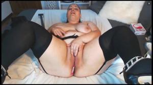 Латинка с пухлыми ляжками мастурбирует в порно чате - скриншот #1