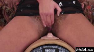 Порадовала волосатую пизденку секс игрушкой - скриншот #17