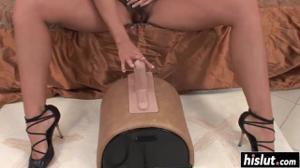 Порадовала волосатую пизденку секс игрушкой - скриншот #2