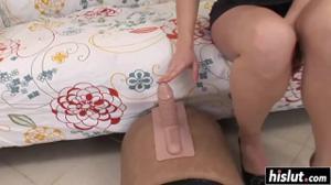 Балует с автоматической секс игрушкой - скриншот #1