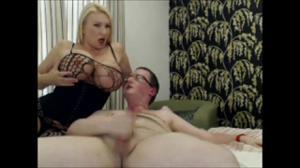 Сисястая зрелка с габаритными формами тела дрочит и ебется с мужем на вебку - скриншот #18