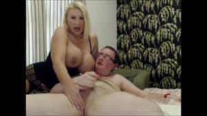 Сисястая зрелка с габаритными формами тела дрочит и ебется с мужем на вебку - скриншот #19