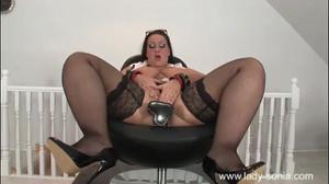 Зрелая подруга помогает толстухе получить мощный оргазм от ебли с секс-машиной - скриншот #5