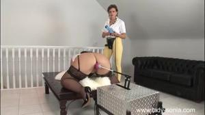 Зрелая подруга помогает толстухе получить мощный оргазм от ебли с секс-машиной - скриншот #9