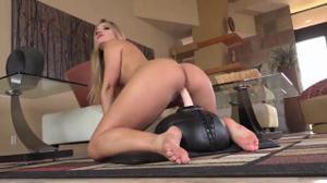Блондинка разминает отбеленный анус и катается бритой пиздой на дилдо - скриншот #18
