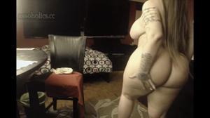 Грудастая и жирная домашняя модель яростно дрочит дилдо свою пизду на вебку - скриншот #1