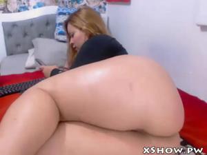 Толстушка вставила во влагалище шарик и двигает бедрами перед вебкой - скриншот #11