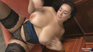 Секси латинка с пышными формами мастурбирует в чулках на кресле - скриншот #11