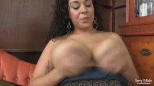 Секси латинка с пышными формами мастурбирует в чулках на кресле - скриншот #12