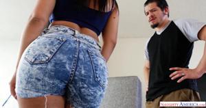 Пока муж в офисе протирает штаны, молодая жена ебется с дизайнером - скриншот #1
