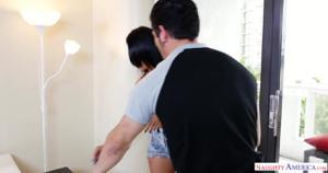 Пока муж в офисе протирает штаны, молодая жена ебется с дизайнером - скриншот #2