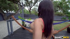 Брюнетка с сиящим очком скачет на члене - скриншот #3