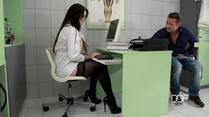 Немецкая докторша на приеме в своем кабинете ебется с пациентом - скриншот #1