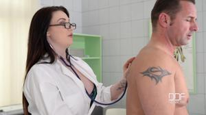 Немецкая докторша на приеме в своем кабинете ебется с пациентом - скриншот #2