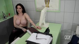 Немецкая докторша на приеме в своем кабинете ебется с пациентом - скриншот #21