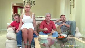 Оседлала член гостя при муже и его отце у телевизора, а затем от души трахнулась с ним - скриншот #1