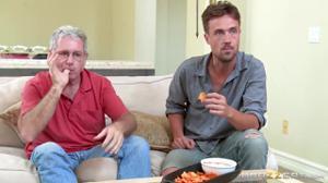 Оседлала член гостя при муже и его отце у телевизора, а затем от души трахнулась с ним - скриншот #2