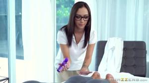 Очкастая массажистка с практикантом и пациенткой устроили  групповуху ЖМЖ - скриншот #2