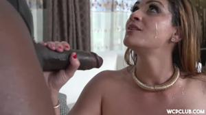 Толстозадая европейка на курорте сладко поебалась с негром - скриншот #21