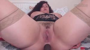 Жирненькая бабенка дрочит киску и попку - скриншот #7