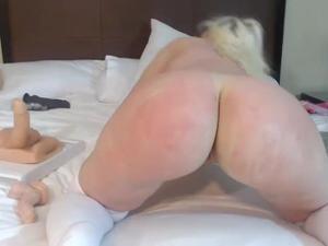 Блонда показывает замечательный попец - скриншот #14