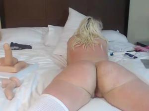 Блонда показывает замечательный попец - скриншот #16