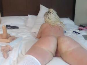 Блонда показывает замечательный попец - скриншот #17