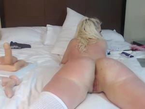Блонда показывает замечательный попец - скриншот #18