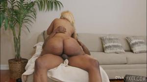 Чернокожая блондинка ебется с негром - скриншот #14