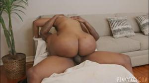 Чернокожая блондинка ебется с негром - скриншот #15