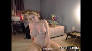 Очаровательная блондинка и вибратор - скриншот #18