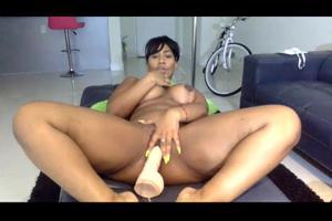 Секси негритянка шалит дилдом - скриншот #12