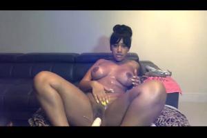 Секси негритянка шалит дилдом - скриншот #19