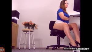 Вот чем занимается женщина на работе - скриншот #1