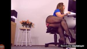 Вот чем занимается женщина на работе - скриншот #12