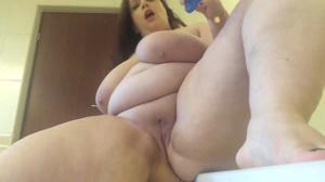 Жирнячка испытывает секс игрушку - скриншот #17