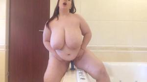 Жирнячка испытывает секс игрушку - скриншот #8
