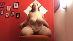 Толстая брюнетка  с небольшой секс игрушкой - скриншот #11